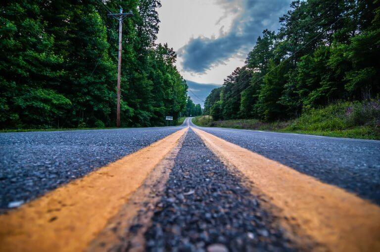 צילום כביש שיוצר פרספקטיבה על הפסים