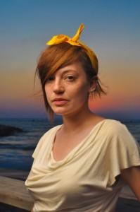 צילום 1 פורטרטים כאשר השמש מוסתרת מאחורי ראש המצלום לקבלת הילה צבעונית.